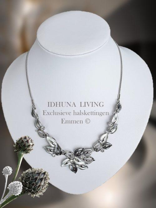 Dames halsketting grijs-zilver Blad decoratie met crystal glassteentjes
