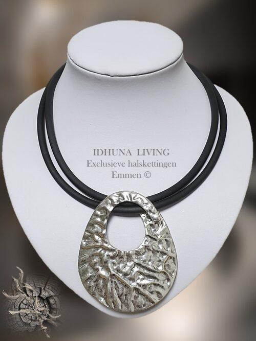 Dames halsketting modern Xanna met grote aparte zilverkleurige hanger