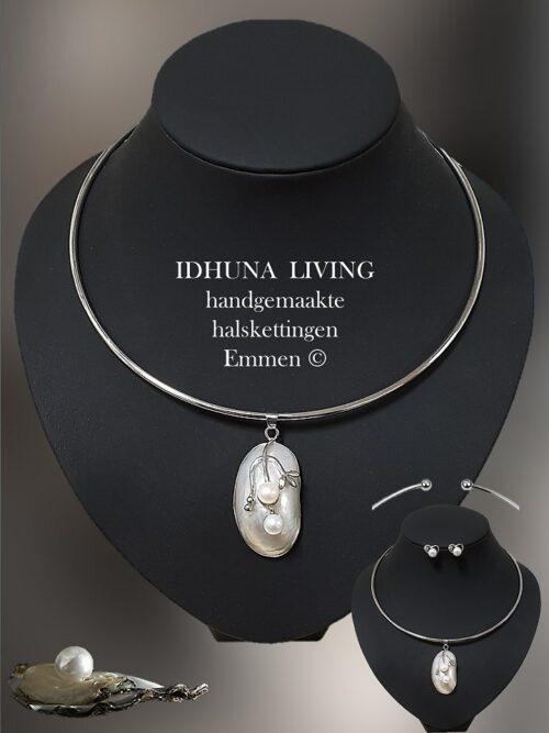 Aparte zilverkleurige dames halsketting met 2 zoetwater pareltjes