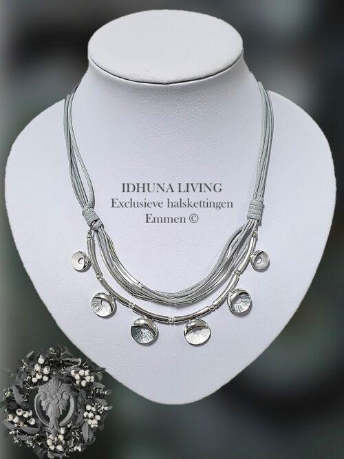 Dames halsketting kort grijs-zilver met 6 koordjes en emaille decoratie