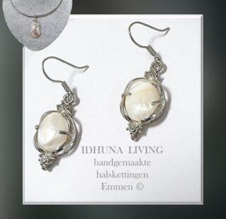 Zilverkleurige oorbellen hangers met witte zoetwater barok parels