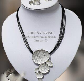Dames halsketting inclusief oorbellen zilverkleurig met zwart leren koordjes