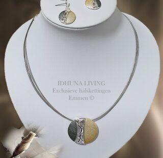 Korte dames halsketting met hanger en bijpassende oorbellen goud-grijs
