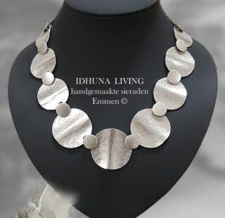 Moderne Dames halsketting Handgemaakt en elegant Zilverkleurig