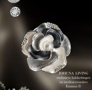 Prachtige dames broche in bloemvorm zilver-grijs-wit met pareltje