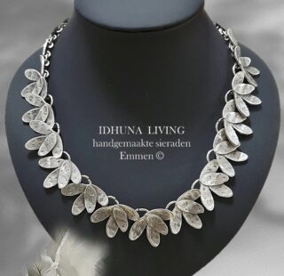 Dames halsketting handgemaakt zilverkleurig RAHI moderne blaadjes